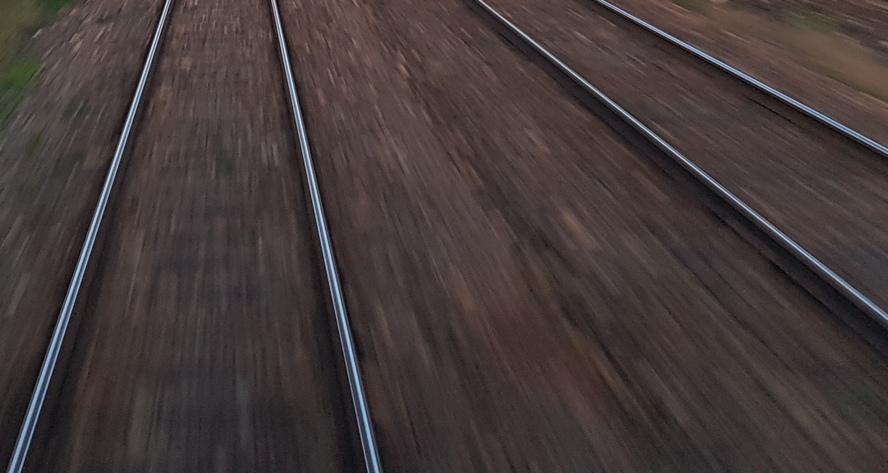 Katowice: Pasażer spadł z peronu prosto pod przejeżdżający pociąg.