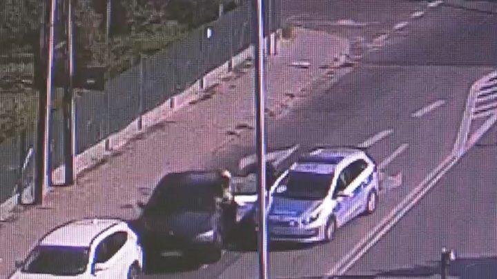 Przydrożna kamera nagrała kierowcę, który samochodem poturbował policjanta, a następnie uciekł. [Jest nagranie.]