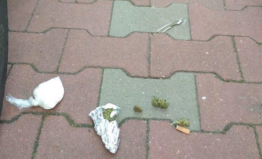 Co to za śmieci leżały na osiedlowych uliczkach? To nie śmieci lecz marihuana.