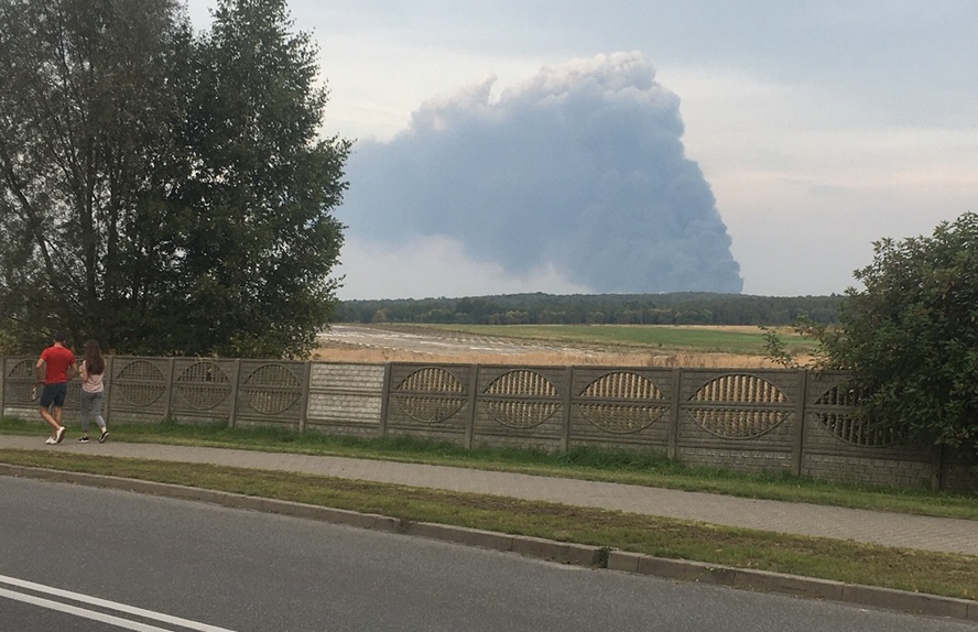 To nie chmura a pożar. Potencjalnie bardzo niebezpieczny.
