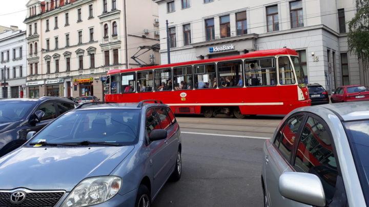 Zmiany w centrum Katowic. Drzewa zamiast samochodów. Liście zamiast rur wydechowych.