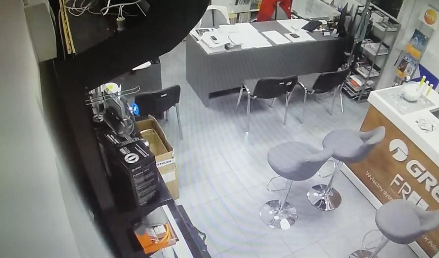 Włamywacz myszkuje, a kamera wszystko rejestruje. Katowicka policja udostępniła nagranie monitoringu.