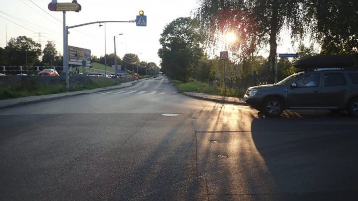 Każdy z nas wie, czym może skończyć się omijanie innego samochodu bezpośrednio przed przejściem dla pieszych. Ten kierowca o tym zapomniał i uderzył w wózek z niemowlęciem.