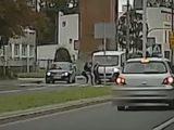 Ku przestrodze. Komenda Wojewódzka Policji w Katowicach opublikowała nagranie, na którym widać, jak samochód dostawczy najeżdża na trzy nastolatki przechodzące po pasach.