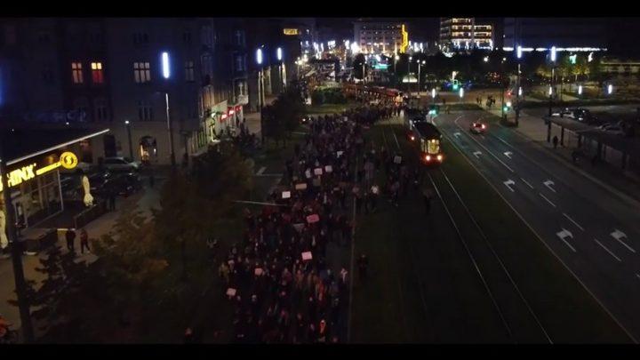 """Nawet tramwaj """"skandował"""" hasła demonstracji. Wydarzenia w Katowicach w kamerze naszego czytelnika."""