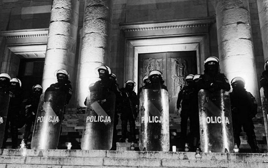 Całą Polskę obiegły szokujące zdjęcia policjantów ochraniających Katedrę Chrystusa Króla w Katowicach. Cel polityczny jest jasny.