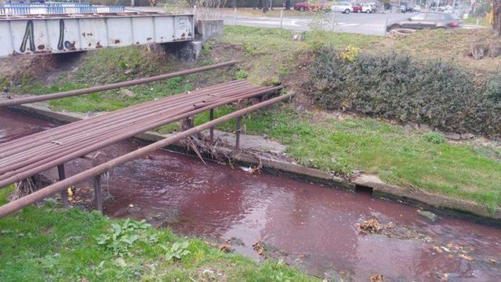 Jednostka chemiczna straży pożarnej zbadała próbki wody. Dziś Rawa, płynąc przez Katowice, przeraziła kolorem wody. Wyglądała jak ściek.