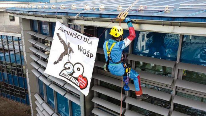 Alpiniści dla WOŚP.  Nieodpłatnie myją okna szpitali dziecięcych.