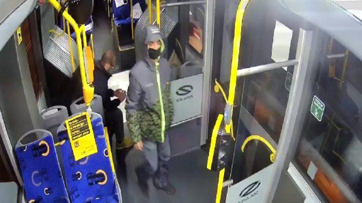 Oburzające zachowanie pasażera komunikacji miejskiej w Katowicach. Robił to przed małoletnią.