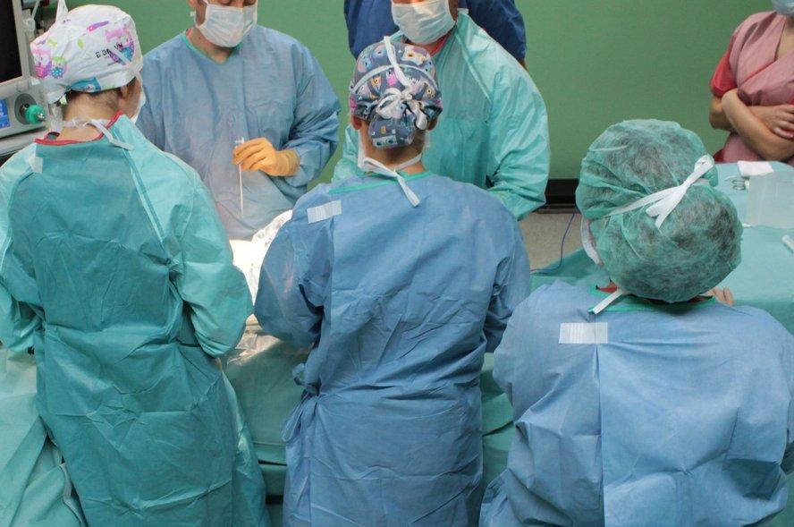 Duży sukces chirurgów z Katowic i Gliwic.  Odtworzyli oni zmiażdżoną stopę 17-letniego Tomka.