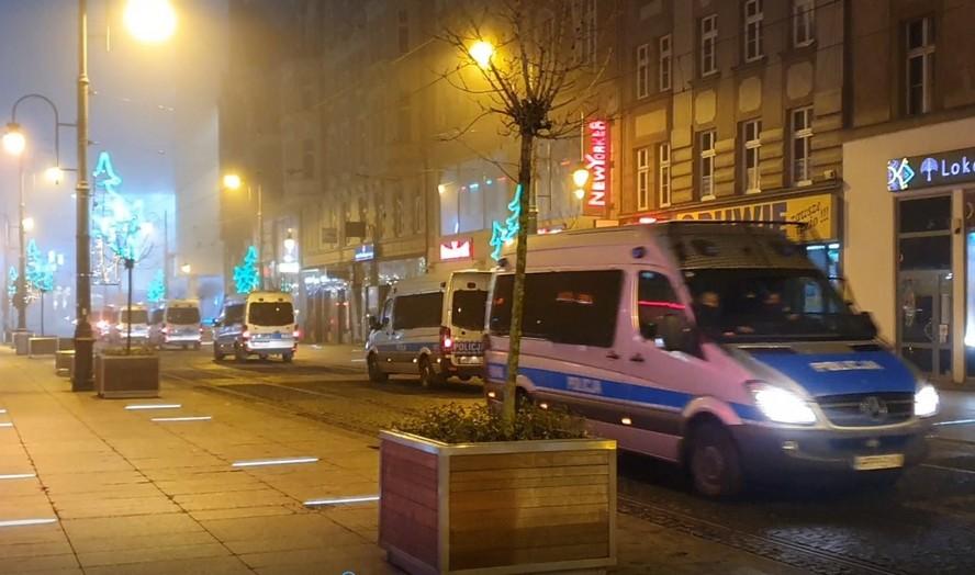 Kolumny po kilkadziesiąt radiowozów policyjnych w centrum miasta.