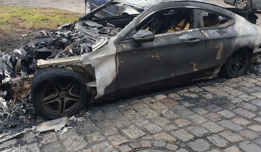 Jest osobą spokojną, nie ma żadnych wrogów. A mimo to ktoś mu podpalił samochód.