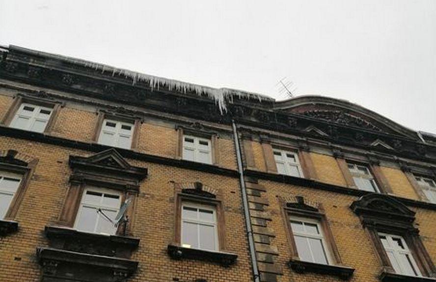Patrzmy do góry idąc przez miasto. Nie wszyscy zarządcy budynków w Katowicach wywiązują się ze swego obowiązku.
