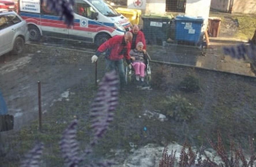 Szokujący obrazek z Bytomia.  Karetka nie mogła podjechać pod blok.  Ratownicy medyczni z wiekową pacjentką musieli brnąć przez błoto, by minąć rozlewisko.