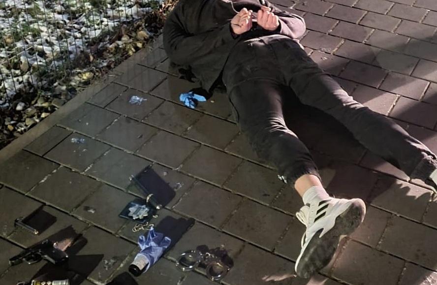 """Do mieszkania w centrum Katowic próbowali się wedrzeć z okrzykami: """"Policja"""".  To jednak nie byli policjanci, tylko bandyci."""