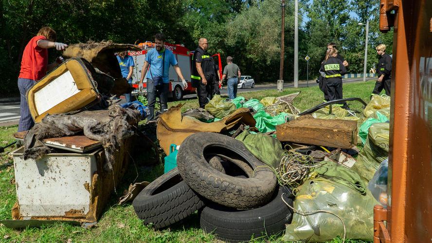"""Od dziś w Katowicach można składać propozycje, które obszary miasta są najbardziej zaśmiecone. Po raz kolejny rusza akcja """"SprzątaMy Dzielnice""""."""