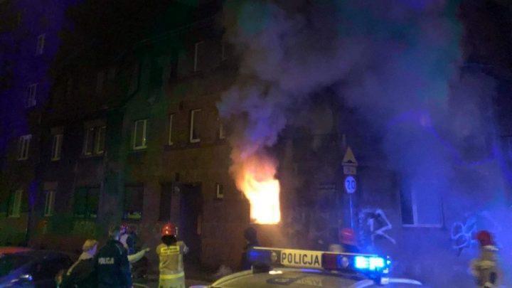 Jedna osoba zginęła, inne ucierpiały.  W gaszeniu pożaru, do którego doszło w jednej z mysłowickich kamienic, uczestniczyli strażacy z Mysłowic, Katowic i Sosnowca.