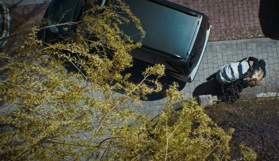 Mama musi ominąć źle zaparkowane auto wychodząc na jezdnię. Pojazd jest duży, zasłania widoczność. Kobieta nie widzi, że właśnie nadjeżdża samochód.