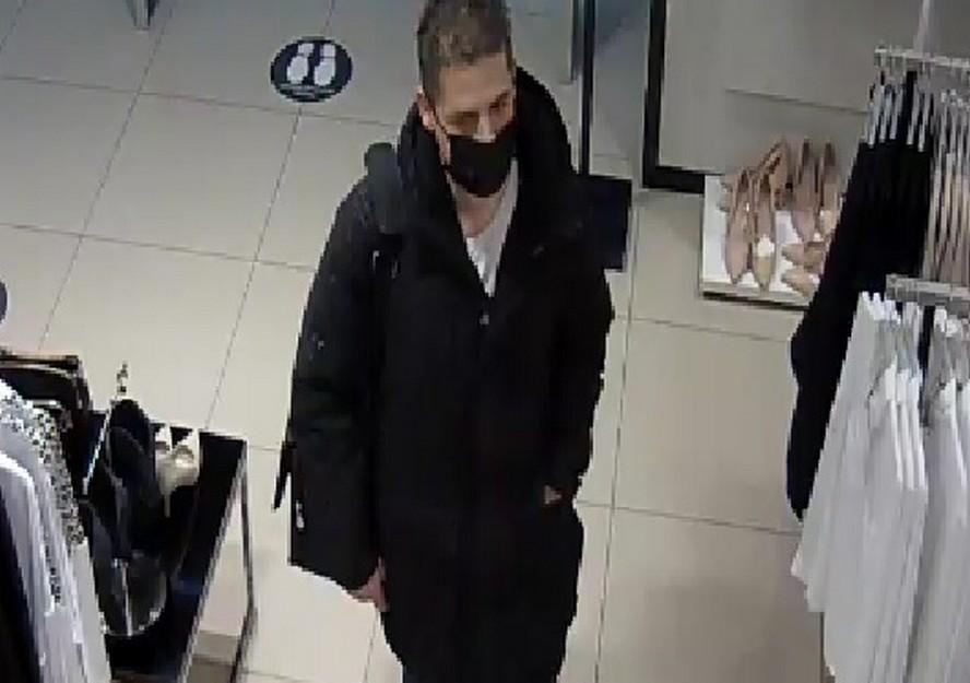 Złodziejska para. Monitoring zarejestrował kobietę i mężczyznę podczas kradzieży ubrań.