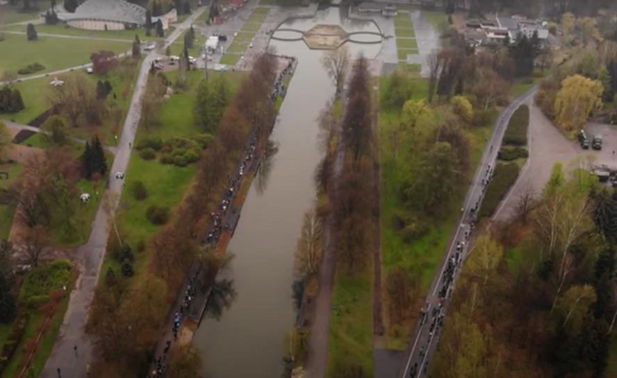 Nasz czytelnik sfilmował kolejkę oczekujących na możliwość szczepienia w Parku Śląskim.