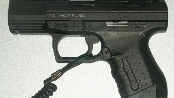 Podczas interwencji policjantowi wypadł załadowany pistolet.