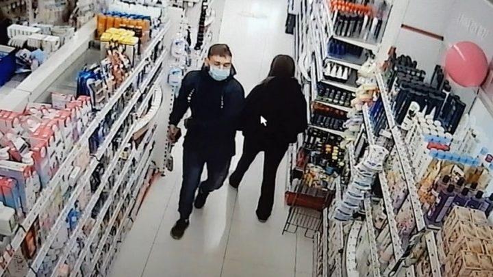 Ukradł perfumy w sklepie przy ul. Kochanowskiego w Katowicach.