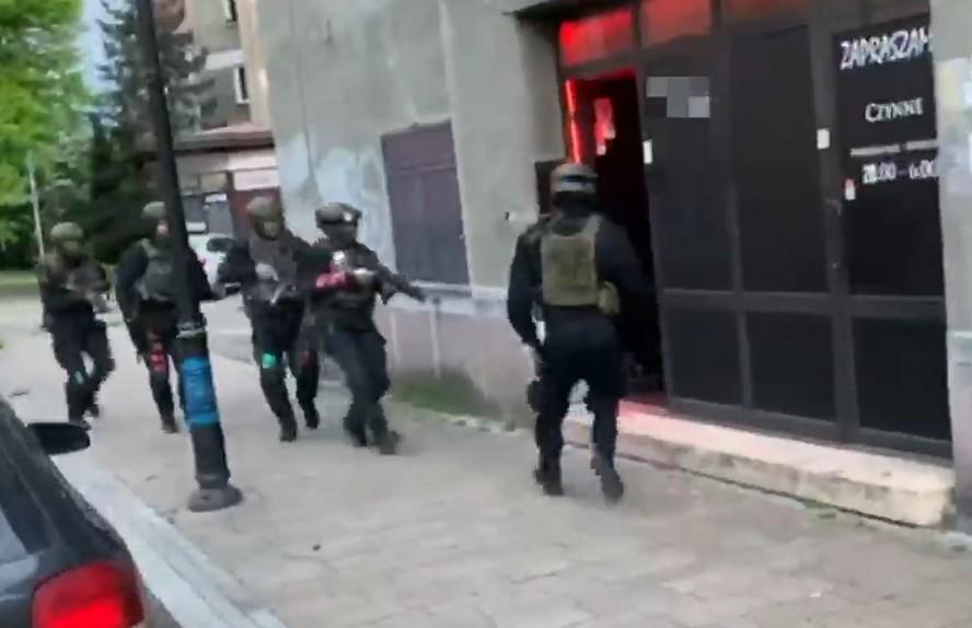 Katowiccy policjanci, uzbrojeni w broń maszynową, dokonali nalotu na klub nocny w Tychach.