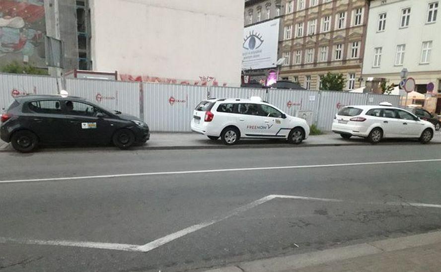 Mimo prowadzonej od kilku tygodni akcji edukacyjnej w Katowicach, ci taksówkarze blokują chodnik dla pieszych.