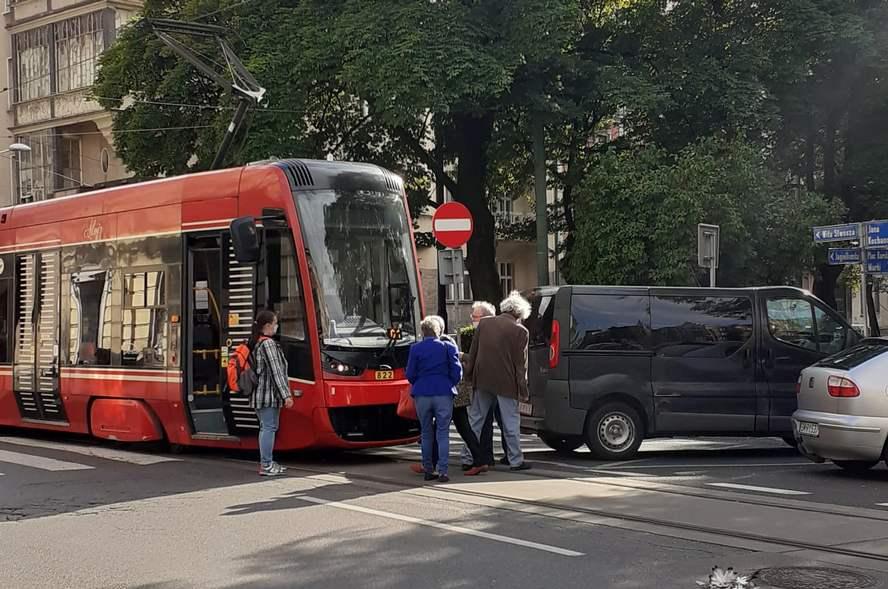 Porażająca bezmyślność kierowcy, który parkując zablokował przejeżdżający tramwaj.