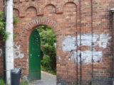 Obrzydliwe malunki i wulgarne napisy pojawiły się na zabytkowym murze okalającym kalwarię przy klasztorze franciszkanów w katowickich Panewnikach.