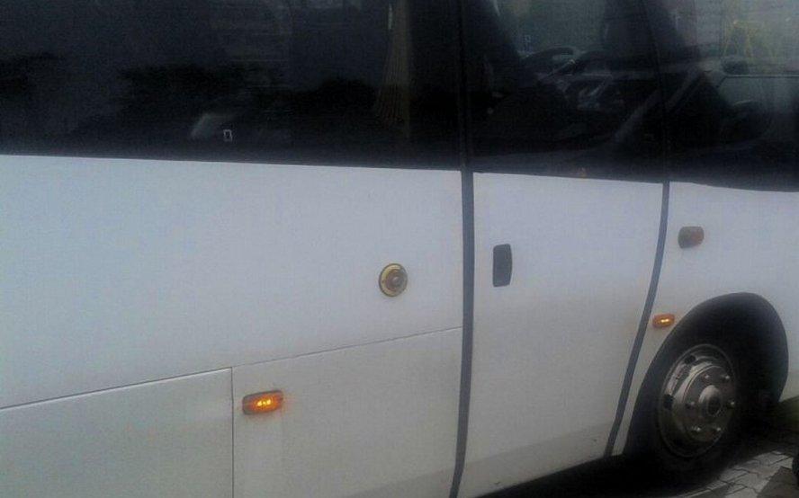 Kierowca autobusu miał wieźć dzieci na szkolną wycieczkę.