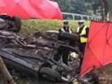 Tragedia w Katowicach. Dwóch młodych ludzi zginęło w wyniku uderzenia samochodu w drzewo.